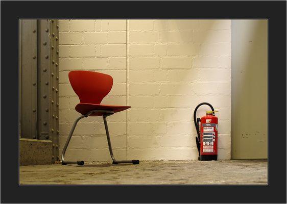 Weil's grad läuft mit Stühlen, kriegt ihr noch einen. Sogar mit einem total geilen Feuerlöscher.