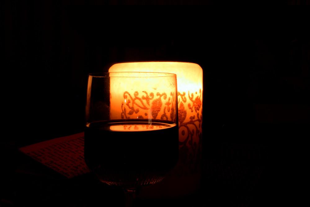 Wein, Kerze und ein Brief...