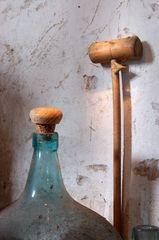 Weinflasche und Holzschläger