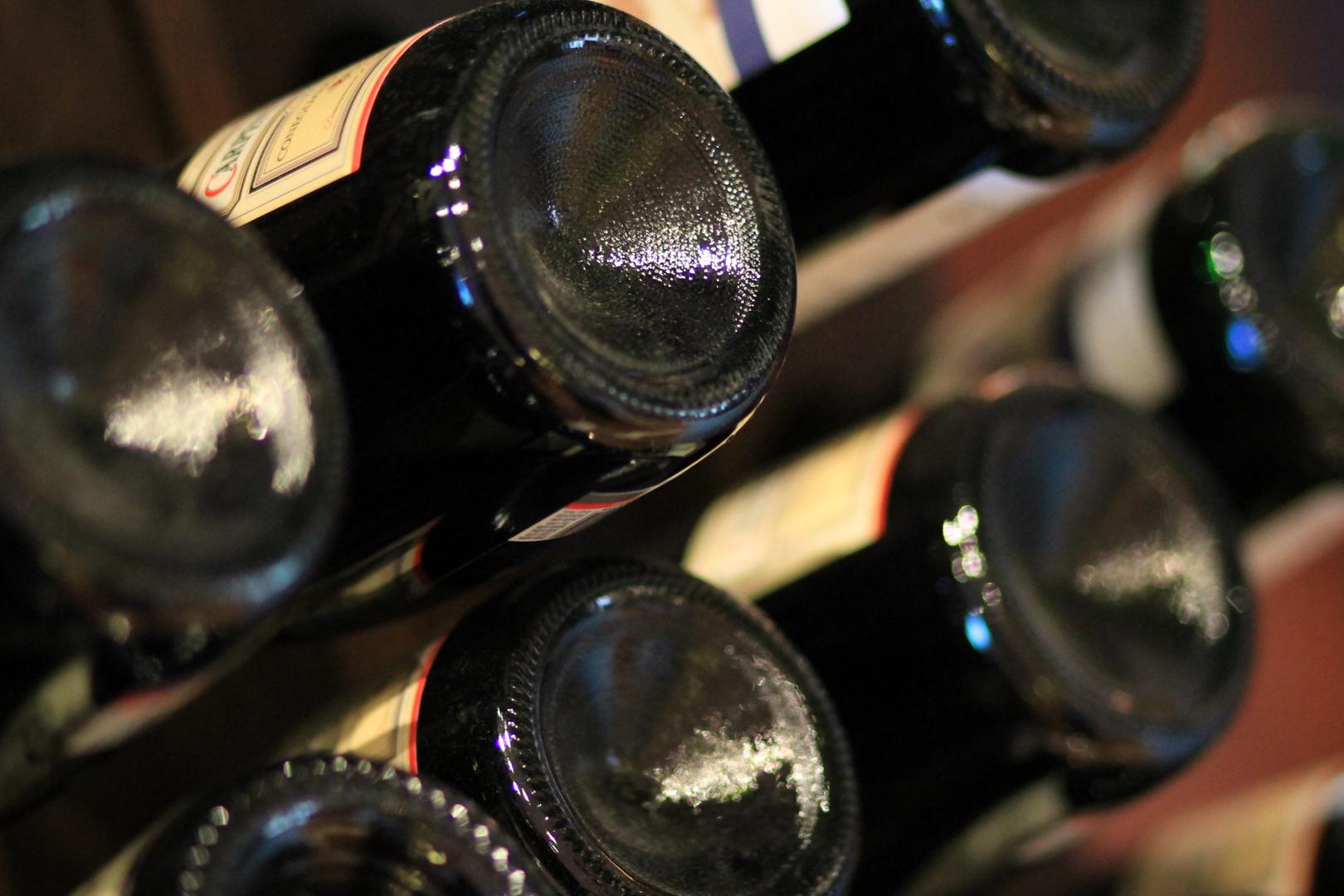 Weinflaschen im Hotel