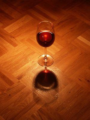 Weinglas auf Parkett
