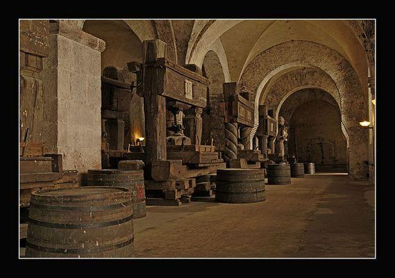 Weinpressen aufgereiht