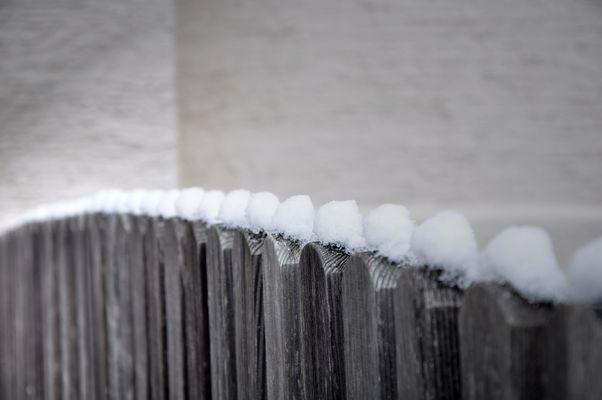 Weiß bemützter Zaun