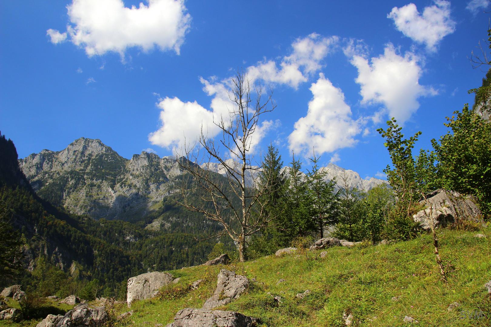 Weiß- blauer Himmel über Bayern