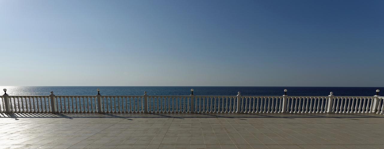 Weiße Brüstung vor Schwarzem Meer