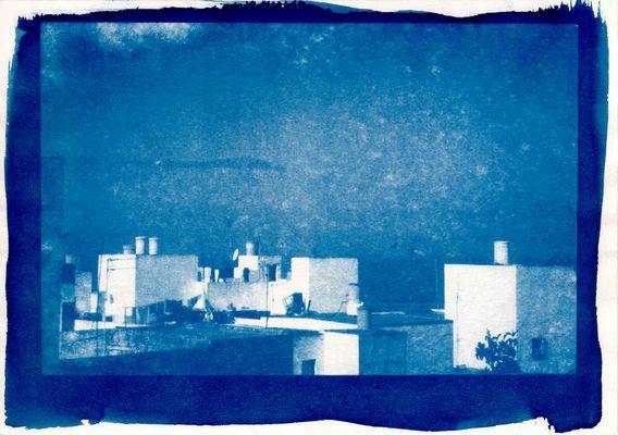 Weiße Häuser, blauer Vogel, blaues Meer