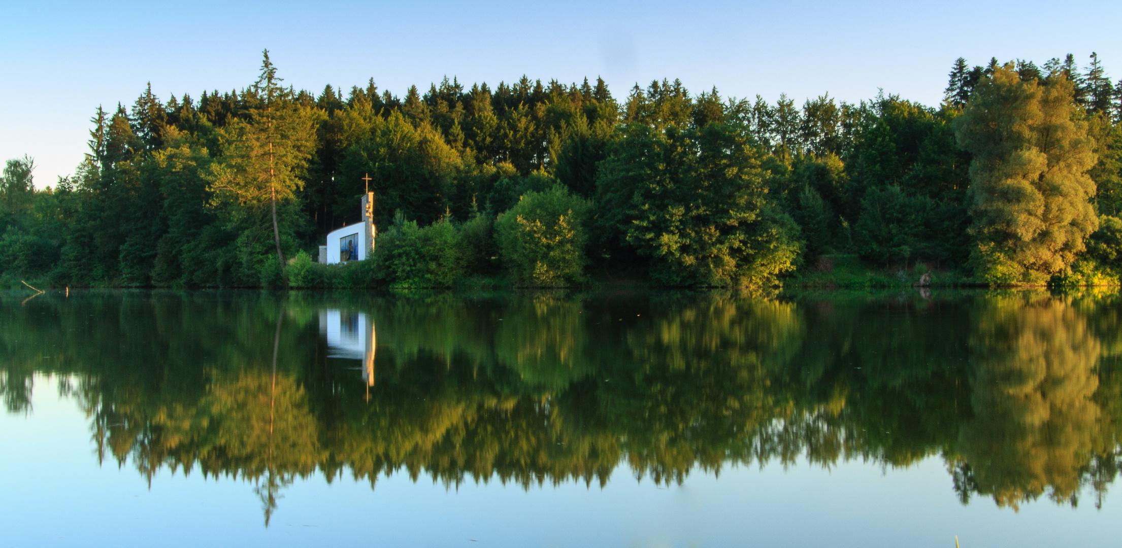 Weiße Kapelle am Holzmühl-Weiher