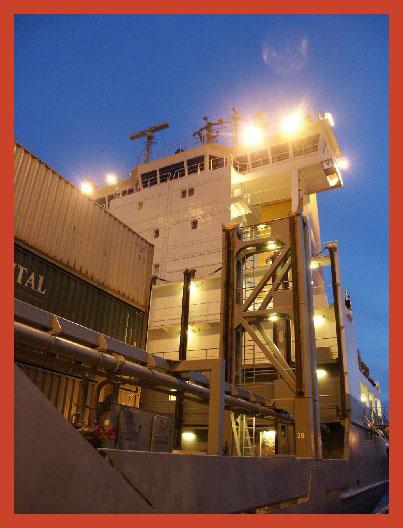 ,,Weiße Nacht in St.Petersburg,,Containerschiff beim ,,Löschen,,