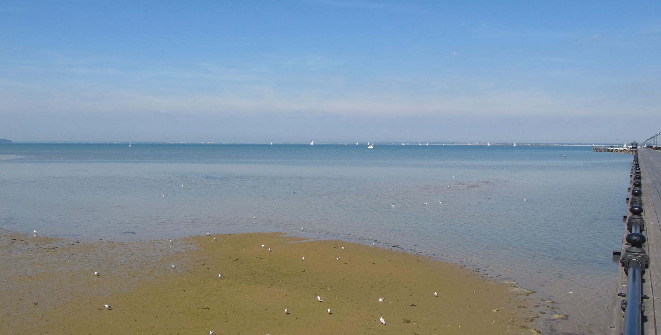 """Weisse""""  Punkte """" am Strand und auf dem Meer"""