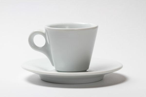 Weiße Tasse vor weißem Grund