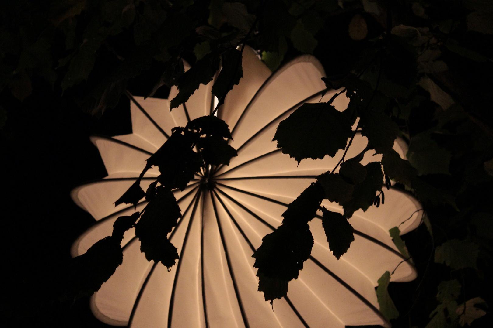 Weisser beleuchteter Lampion bei Nacht.