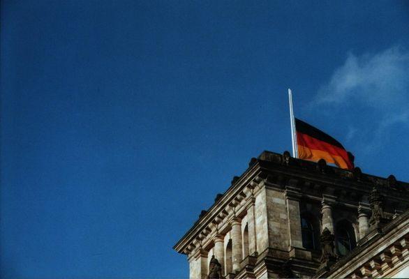 Weißer Rauch über dem Reichstag....