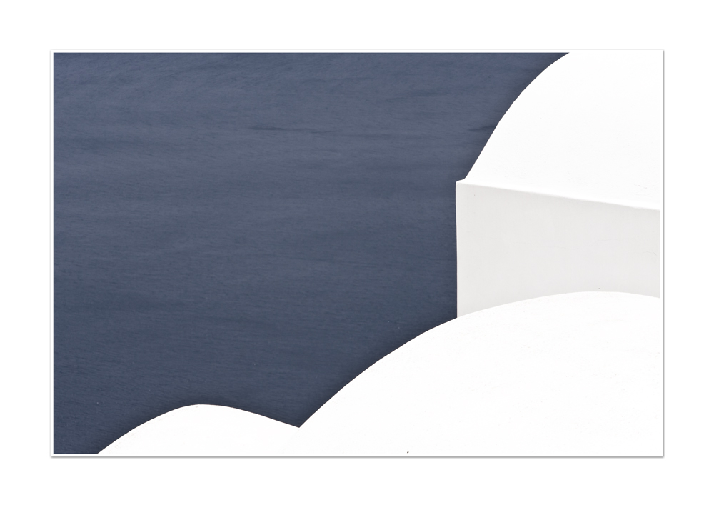 weißes Dach am blauen Wasser
