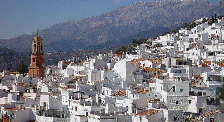 weißes Dorf mit Turm