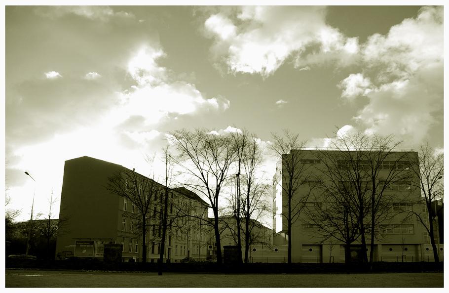 Weiter Himmel über den Häusern von Rostock