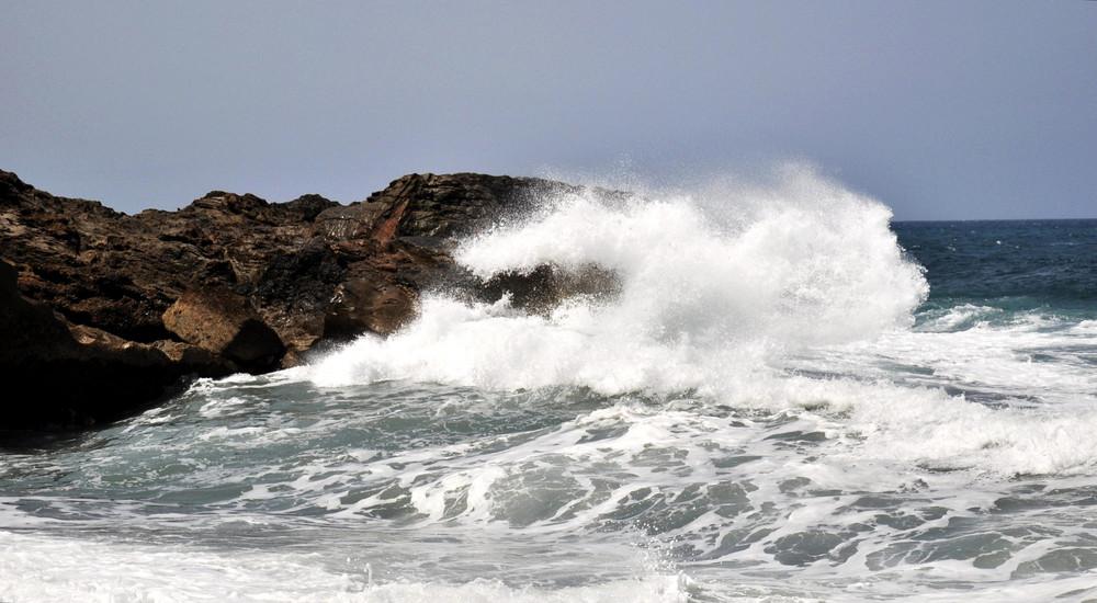 Welle schlägt auf Felsen