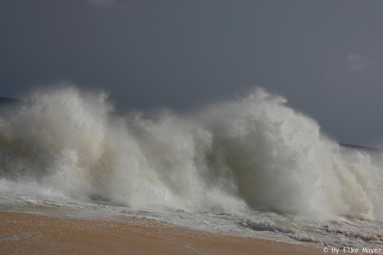 Wellen an der Praia Lacacao