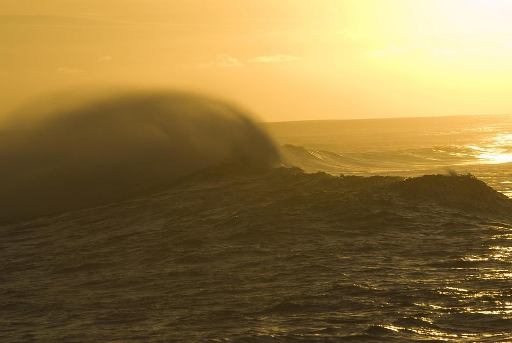 Wellen in der Abenddämmerung