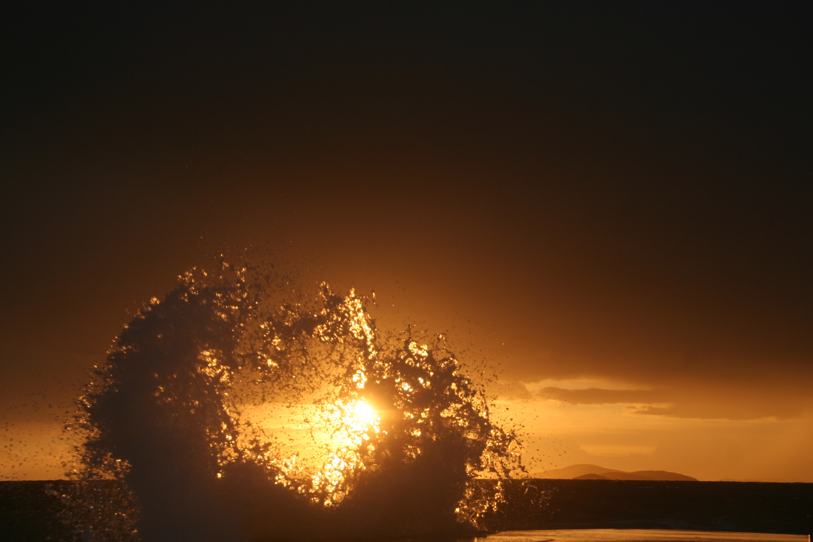 Wellen nach einem Sturm im Sonnenuntergang, Kroatien