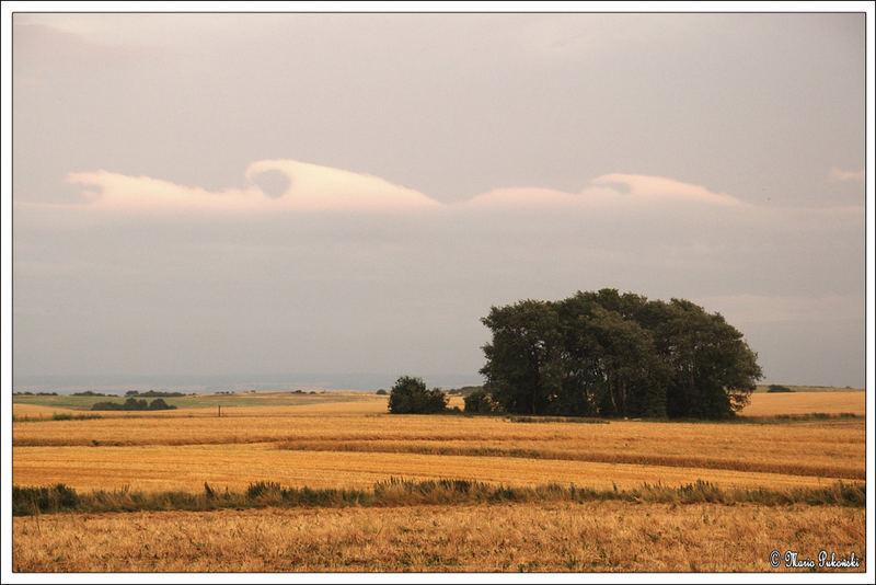 Wellen Wolken über Rügen