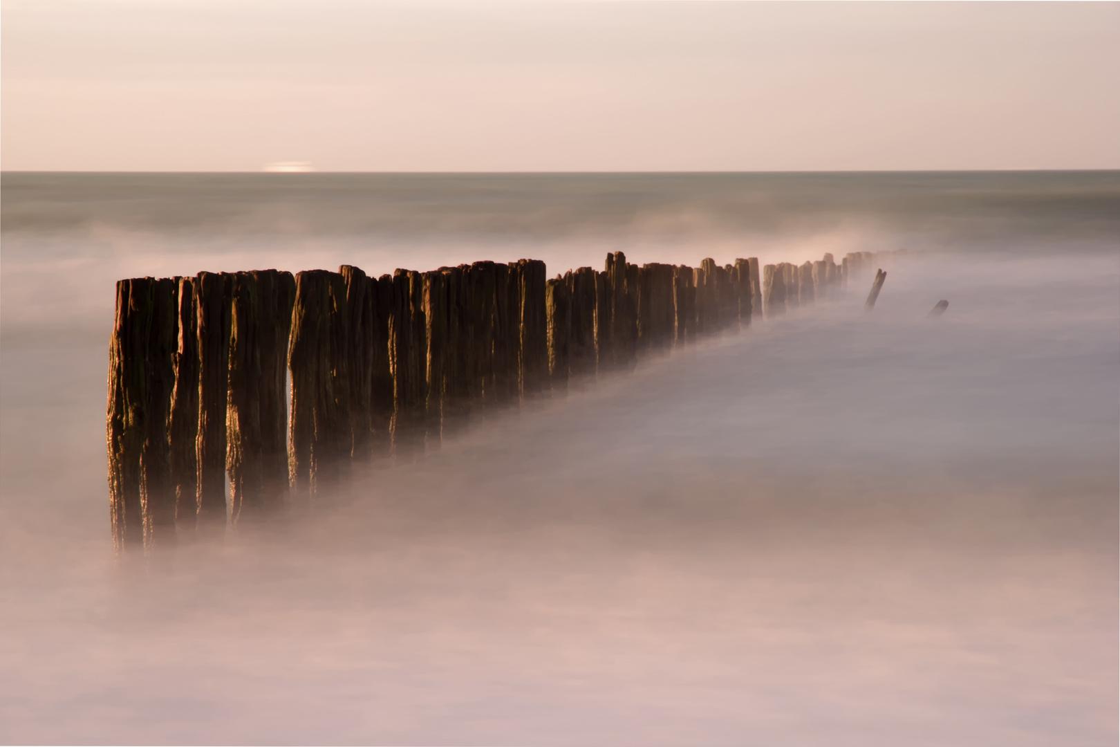 Wellenbrecher am Strand von Sangatte, Normandie