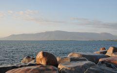 Wellenbrecher an der an der nördlichen Küstenstraße Sæbraut in Reykjavik