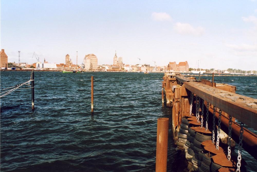 Wellenbrecher im Sportboothafen von Dänholm vor der Hafenkulisse Stralsund