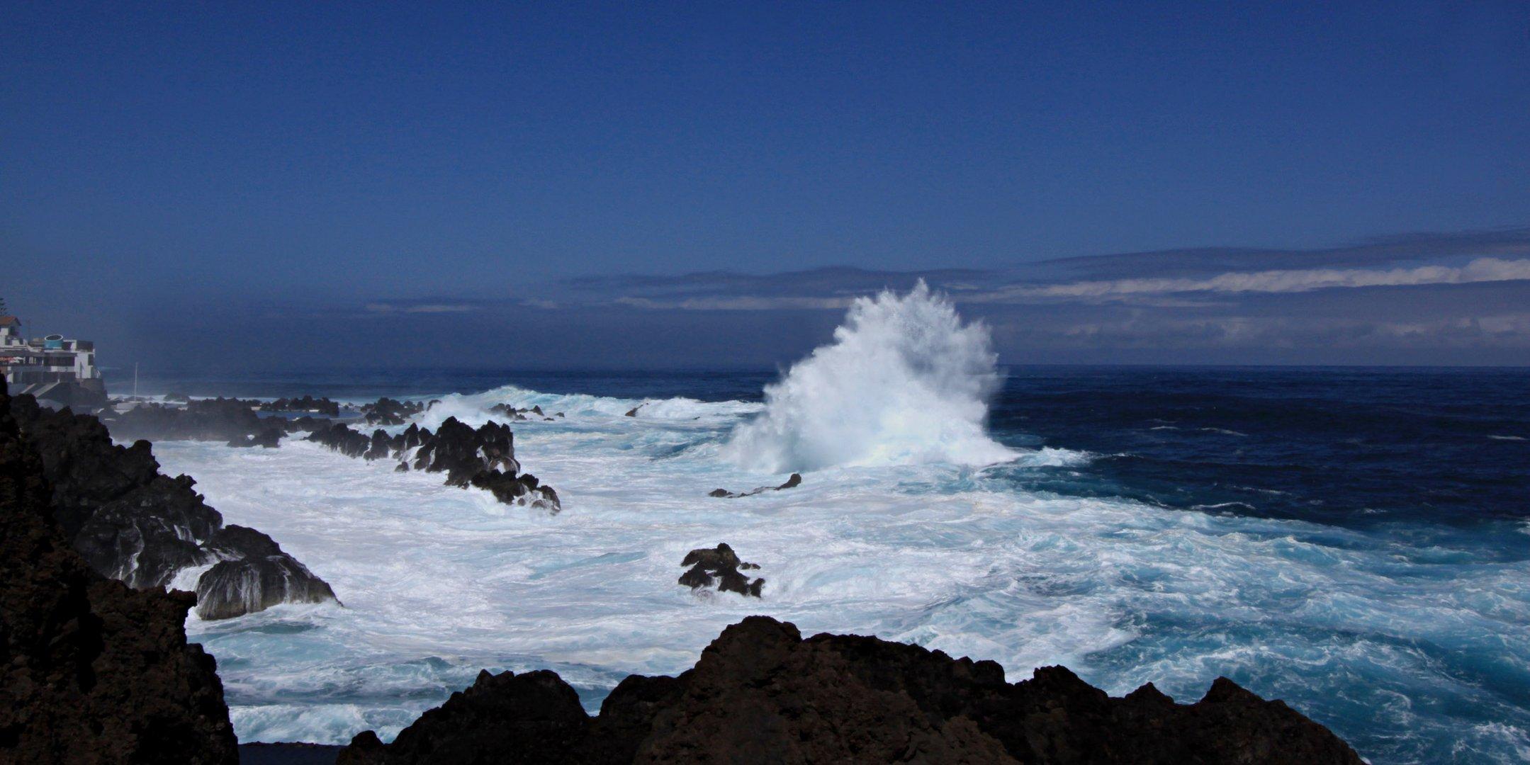 Wellenbrecher vor Porto Moniz