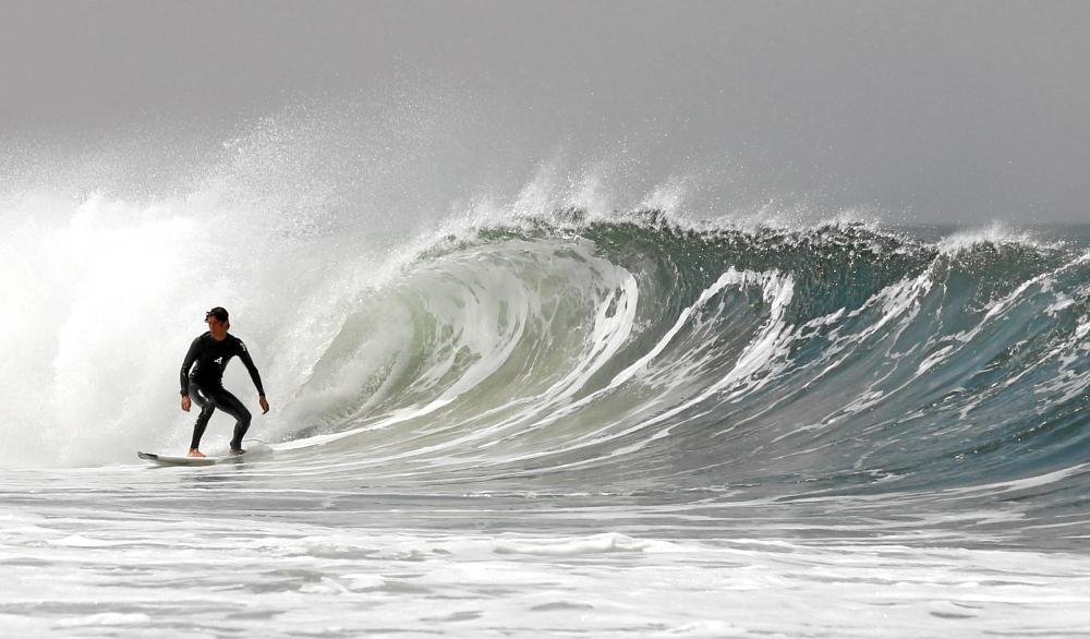 Wellenreiten aus der Tube in Guincho (Portugal)