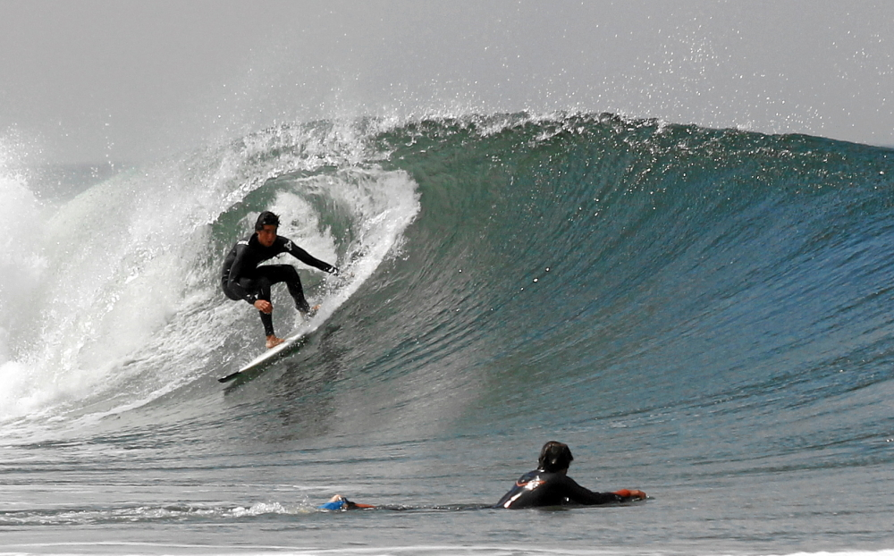 Wellenreiten in der Tube bei Guincho (Lissabon)