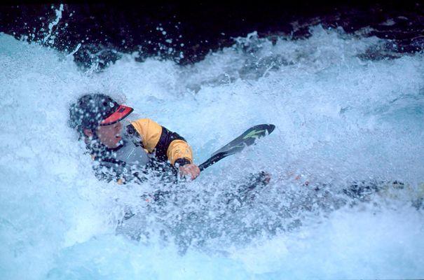 Wellenreiten mit dem Kanu auf der Verzasca, Schweiz.