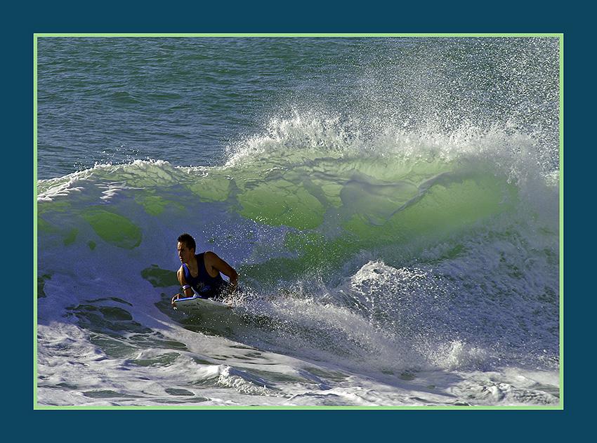 Wellenreiter im Gegenlicht