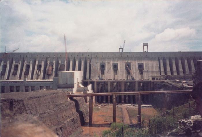 Weltgrößtes Wasserkraftwerk Itaipu in der Bauphase