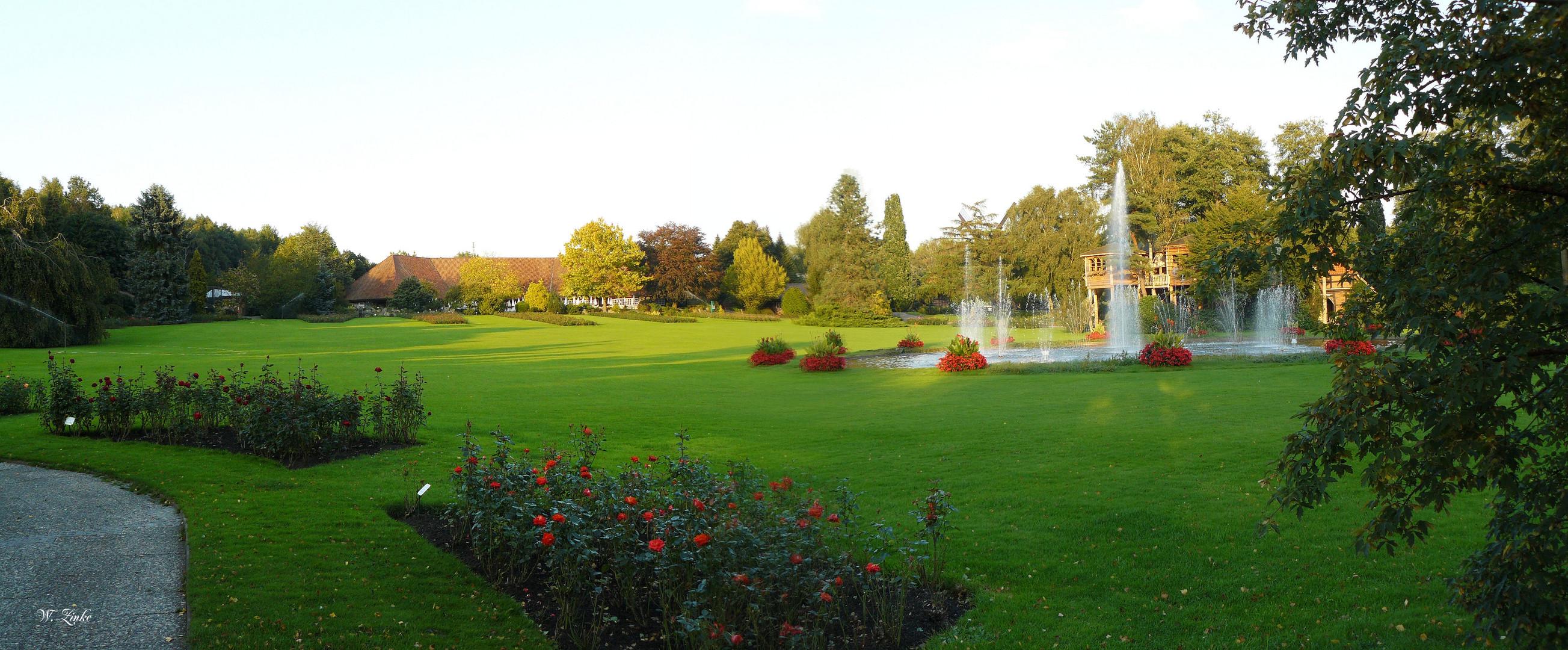 Weltvogelpark Walsrode mit Rosenrabatte, musikalische Wasserspiele, im Hintergrund die Vogelgehege