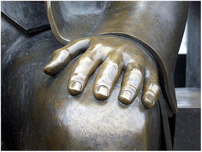 wem gehört diese hand?