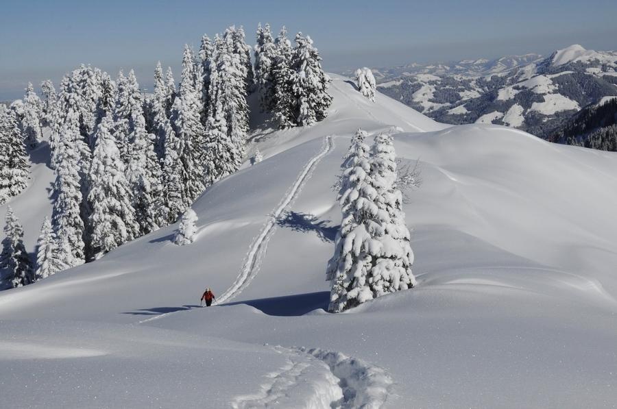 Wenige Spuren im knietiefem Schnee