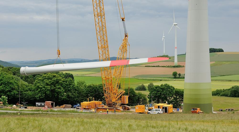 Wenn auch umstritten, aber spannend ist der Aufbau eine Windkraftanlage. 20 TONNEN...