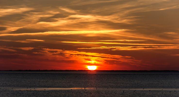 Wenn bei Langeoog die rote Sonne im Meer versinkt...