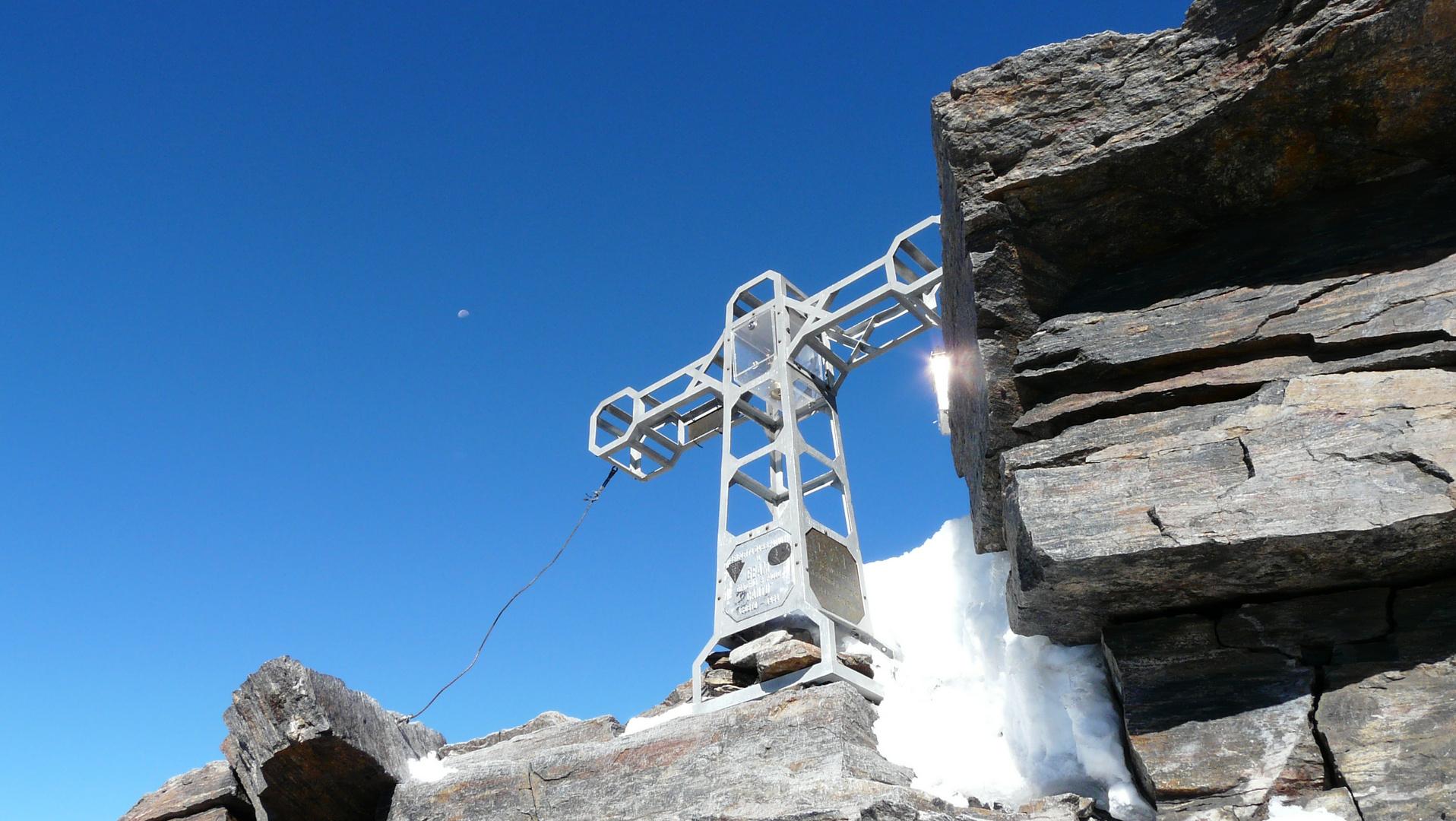 Wenn der Mond am Horizont ist und die Sonne sich am Gipfelkreuz des höchsten Berges der Schweiz ....