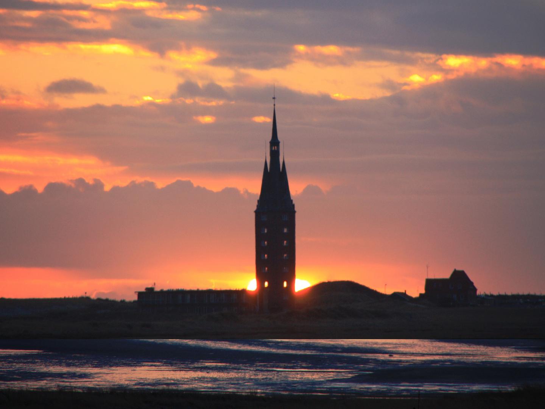 Wenn die Sonne hinter dem Wangerooger Westturm versinkt...