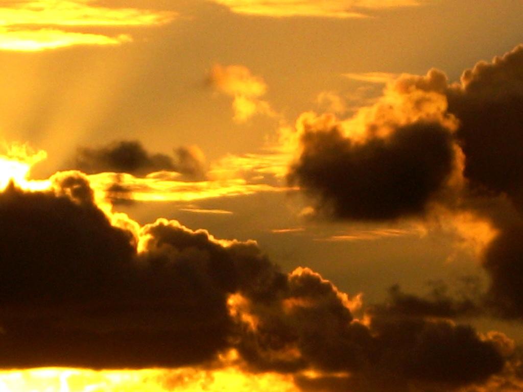 wenn die Sonne hinter den Wolken versinkt