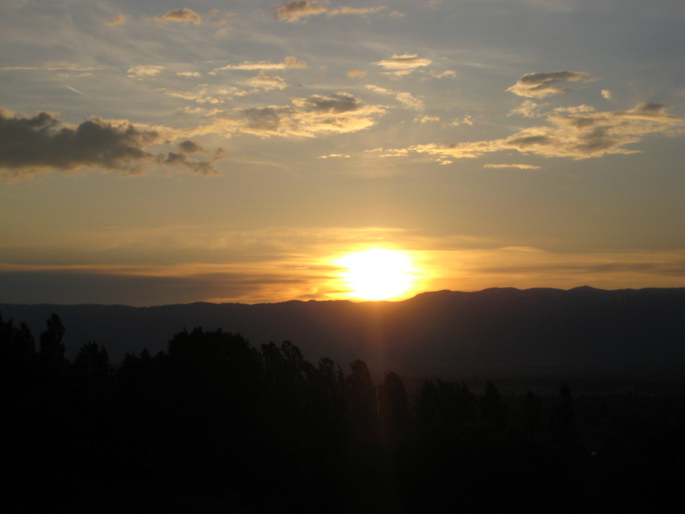 Wenn die Sonne über den Bergen Genfs untergeht