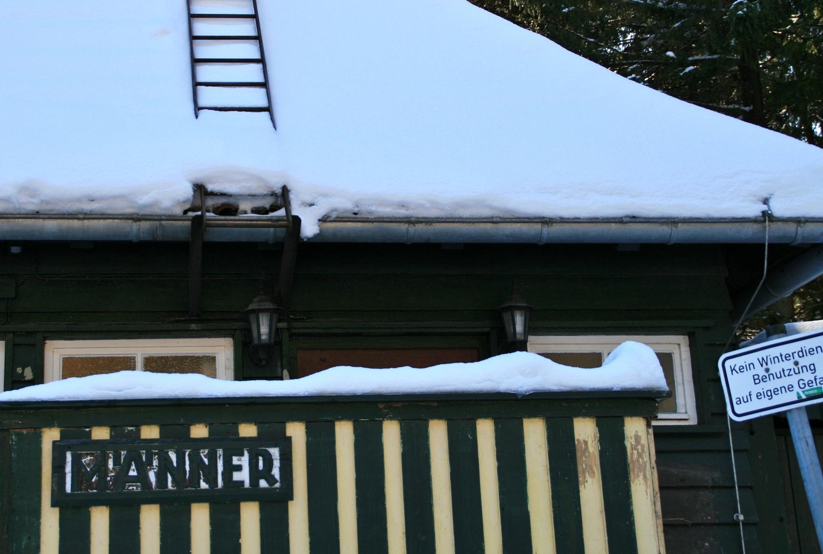 Wenn Männer müssen, müssen sie aufs Dach...