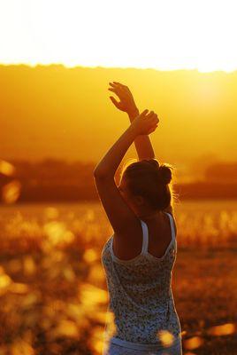 Wenn schon scheiße tanzen, dann so, dass die ganze Welt es sieht, mit Armen in der Luft !