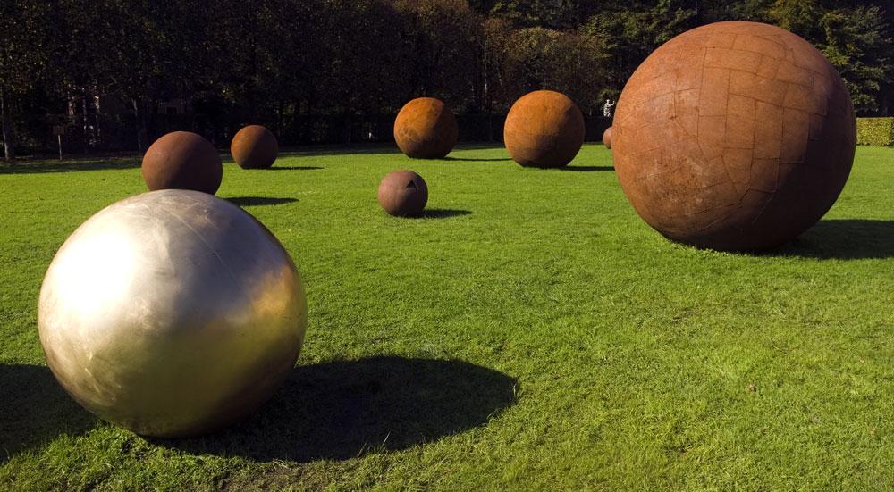 Wer bewegt die Kugeln im Schlossgarten zu Hellbrunn?