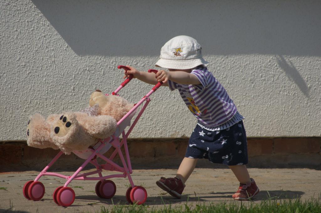 Wer braucht schon eine Puppe , wenn er nen Teddy hat :D
