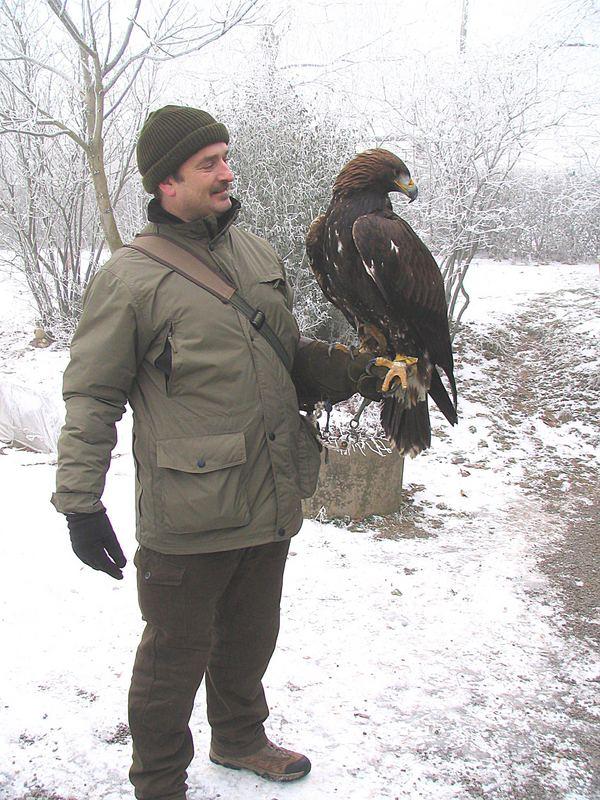 Wer hat schon mal so einen wundervollen Vogel auf dem Arm gehabt?