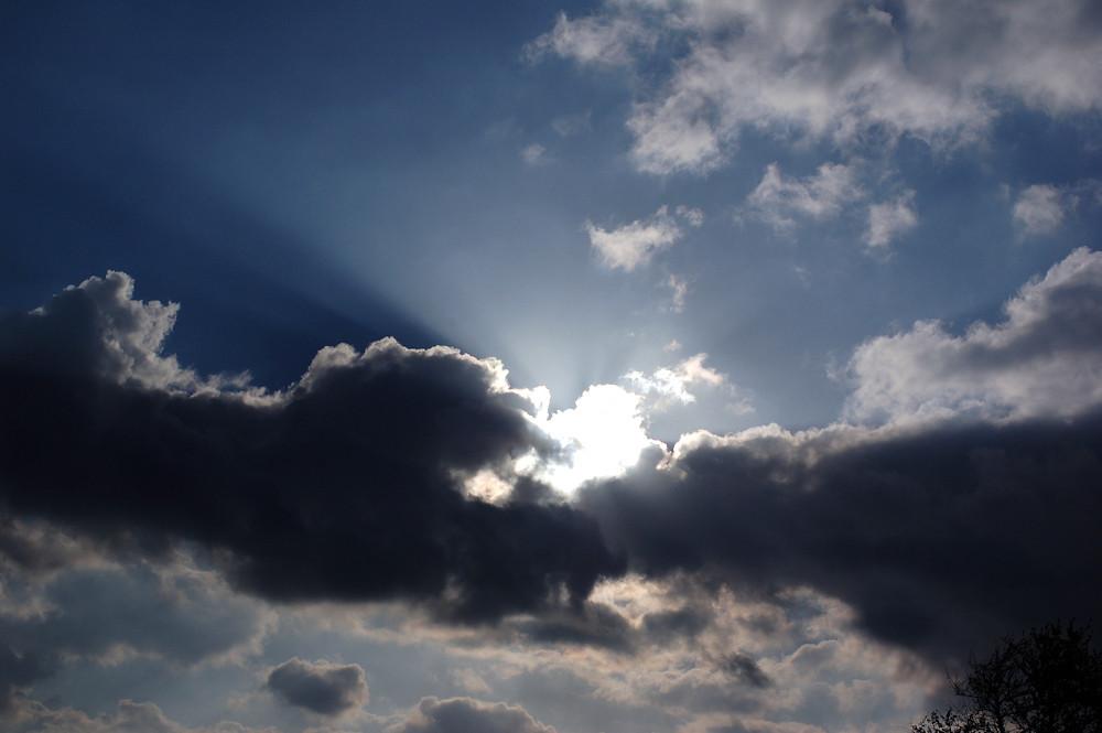 Wer lugt denn da durch die Wolken?