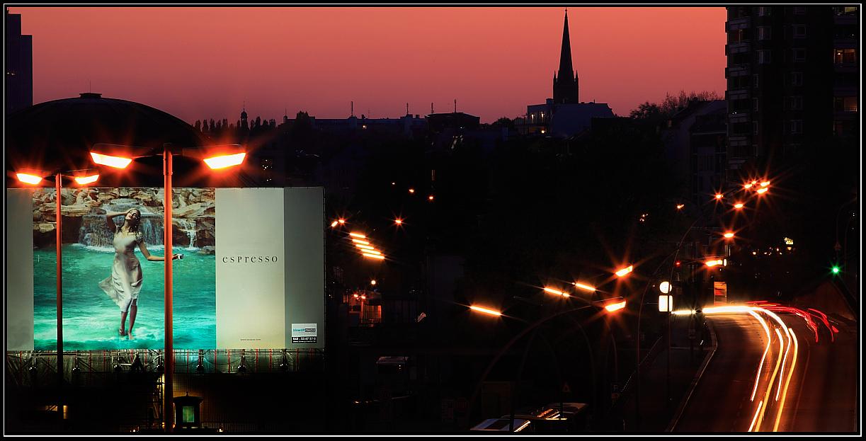Werbung im Kunstlicht an den Landungsbrücken