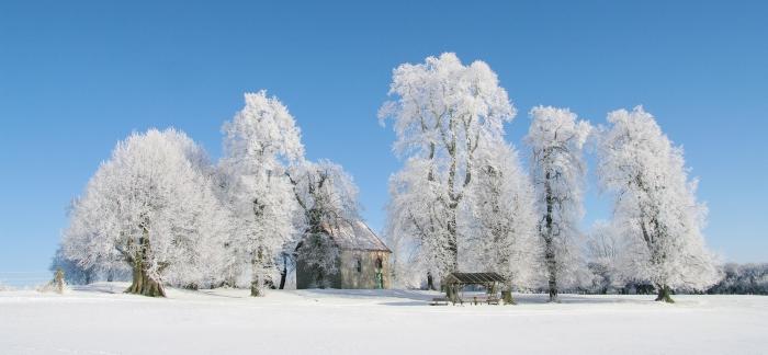 Werdigeshäuser Kirche in Eis und Schnee